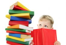 child_with_books_4784370