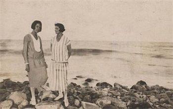 Писателката и поетеса Дора Габе /вдясно/, заедно с приятелка на българското Черноморие през 1926 г. Притежател на правата върху снимката е Националният литературен музей.
