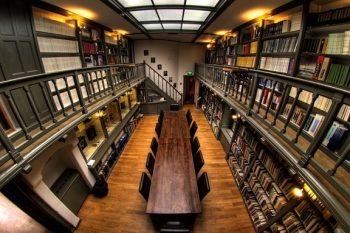 Библиотеката по астрономия в университета Утрехт, Холандия, която показва исторически инструменти.